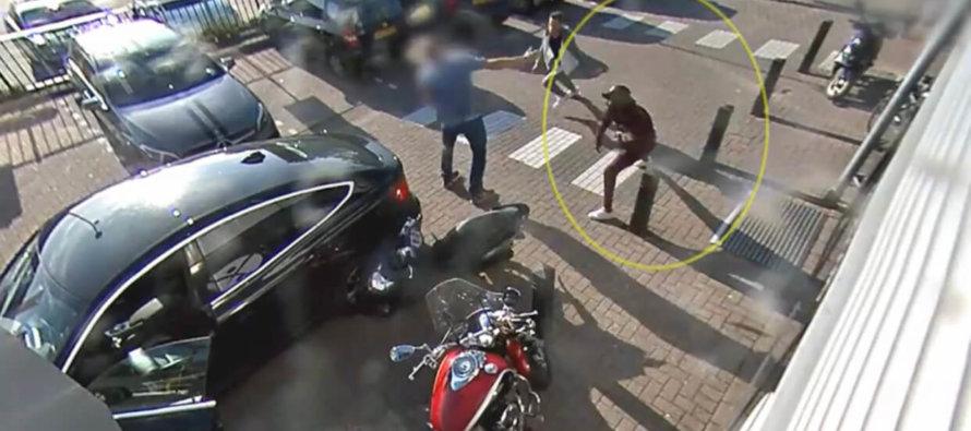 VIDEO Schokkende beelden in Arnhem van 'randdebielen' die inslaan op 44-jarige