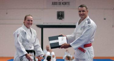 Olympisch kampioen ontvangt judoboek van Hester Hoogland