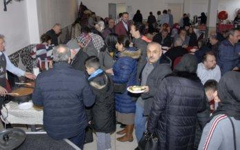 Drukte tijdens benefietontbijt van Omer Usta