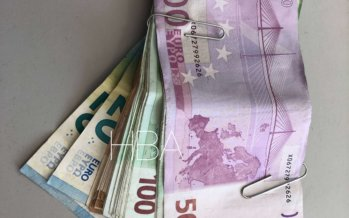 Peuter (3) vindt 6000 euro in zandbak en verstopt dit in poppetje