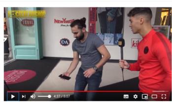 T-Mobile medewerker steelt show met hooghouden smartphone