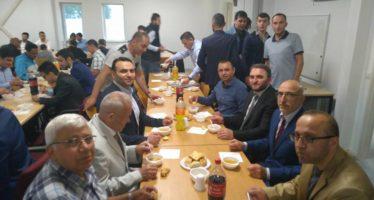 BEELDEN Moskee Dieren start het suikerfeest met een ontbijt na het Ramadangebed