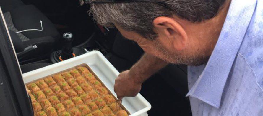 Arnhemmer zoekt Turkse vrachtwagenschauffeurs op om baklava uit te delen
