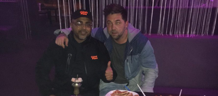 Arnhemse voetbalkoning Theo Janssen gespot met Arnhemse Kebabkoning