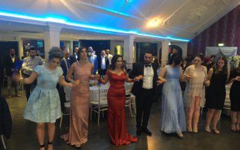 BEELDEN Murat Şenyer geniet zichtbaar tijdens prachtige bruiloft