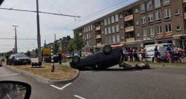 Man doet GTA na en gaat over de kop met auto op de Johan de Wittlaan