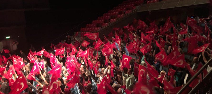 Veel Arnhemmers tijdens herdenking Turkse coup in Apeldoorn