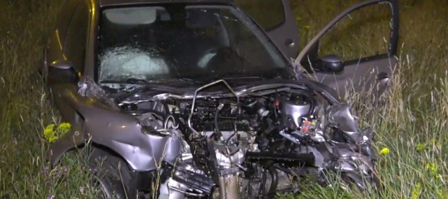 VIDEO Man negeert stopteken en ramt politieauto tijdens achtervolging