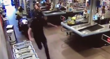 VIDEO Motoragent scheurt door Albert Heijn
