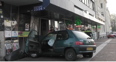 Auto ramt naast ingang supermarkt SPAR bij Arnhem Centraal