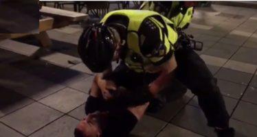 BEELDEN Blanke agenten gaan 'los' tijdens arrestatie