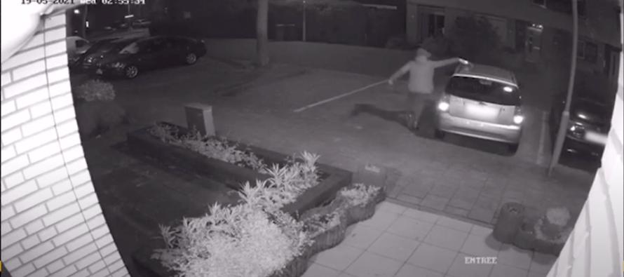 Politie zoekt deze man die auto in brand stak