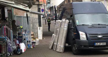 BREAKING Zwaar gewapende politieagenten sluiten Hommelseweg af