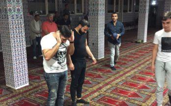 Veel belangstelling van jongeren voor sahur-programma Türkiyem moskee