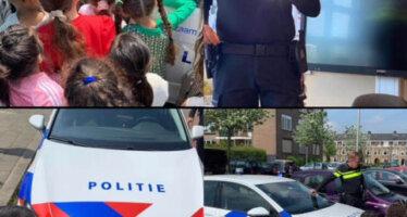 Kleuters krijgen gastles van wijkagent over politiegadgets