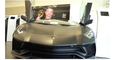 'Gestoorde' vlogger Enzo Knol koopt verjaardagsauto van € 300.000,-