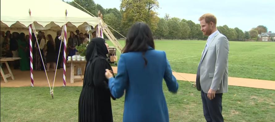 Prins Harry verzint handige manier om Moslima te begroeten
