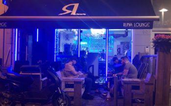 Spelers Elsweide en vertegenwoordiger Firat bakkerij gespot bij Rijn Lounge
