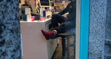 Bekendste T-Mobile medewerker van Nederland werkt gewoon door na voetbreuk